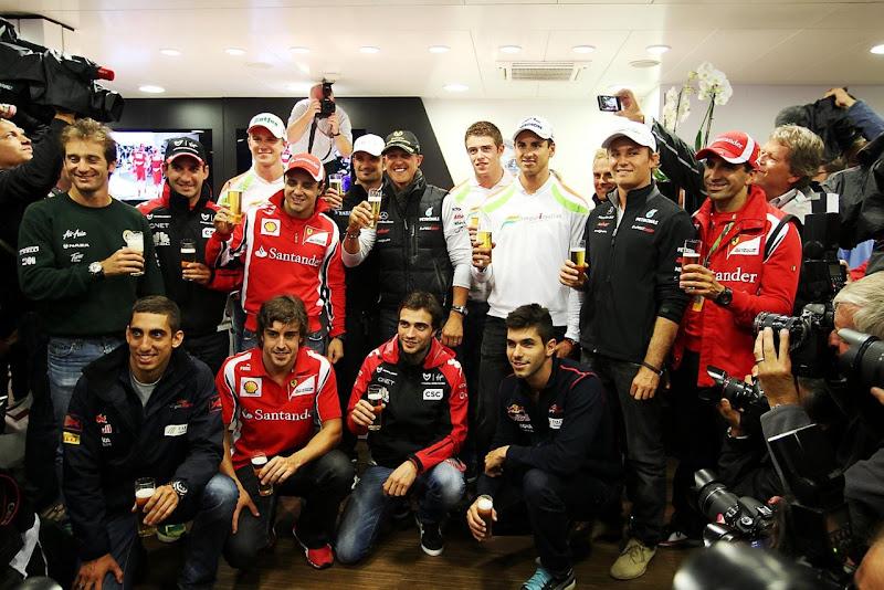 Михаэль Шумахер в окружении пилотов Формулы-1 на вечеринке в честь своего дебюта на Гран-при Бельгии 2011