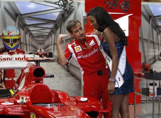 инженер Ferrari объясняет что-то Мисс Вселенной на Гран-при Сингапура 2011