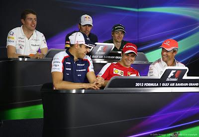 пилоты на пресс-конференции в четверг на Гран-при Бахрейна 2013