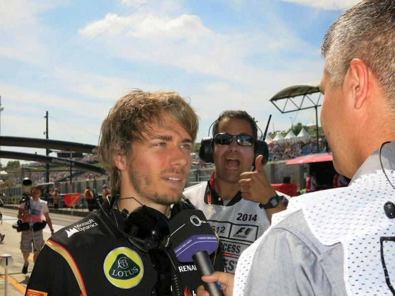 Тэд Кравиц фотобомбит Шарля Пика во время интервью Sky на Гран-при Венгрии 2014