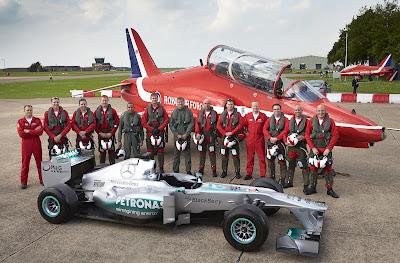 Красные Стрелы Королевских ВВС Великобритании и болид Mercedes