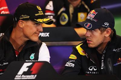 Михаэль Шумахер и Себастьян Феттель обсуждают что-то на пресс-конференция Гран-при Бельгии 2011 в четверг