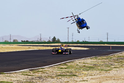 Том Круз пилотирует болид Формулы-1 Red Bull на трассе Willow Springs Raceway 15 августа 2011