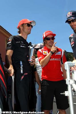 Фернандо Алонсо показывает палец Феттеля Дженсону Баттону и Марку Уэбберу на Гран-при Монако 2011