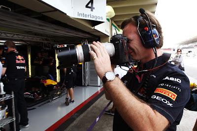 Кристиан Хорнер с фотокамерой Sutton Images на Гран-при Бразилии 2011