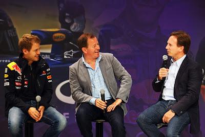 Себастьян Феттель и Мартин Брандл смотрят на Кристиана Хорнера на пресс-конференции Red Bull в Йокогаме