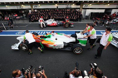механики Force India толкают свой болид перед фотосессией McLaren на Гран-при Бразилии 2011