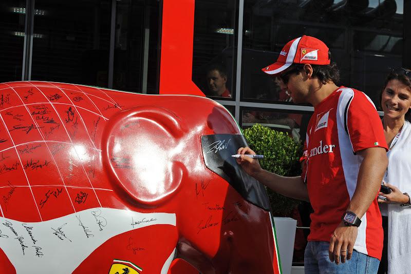 Фелипе Масса подписывает слона Ferrari на Гран-при Италии 2011