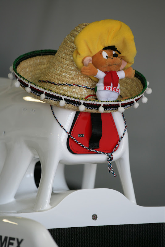 талисман и мексиканская шляпа на болиде Sauber Серхио Переса на Гран-при Монако 2011