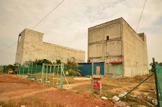 Uwaga, rozwiazanie konkursu: Na fotografii widzimy domki wykorzystywane do hodowania jaskółczych gniazd. Ptaszki wlatuja do środka i przy pomocy śliny lepia gniazda, które sprytny hodowca zbiera, myje i sprzedaje po ok. 2500 USD za kilogram. Gniazda sa przysmakiem w Chinach - robi się z nich zupkę i napoje (piliśmy w Tajlandii: puszka zawiera ok. 1g gniazda).