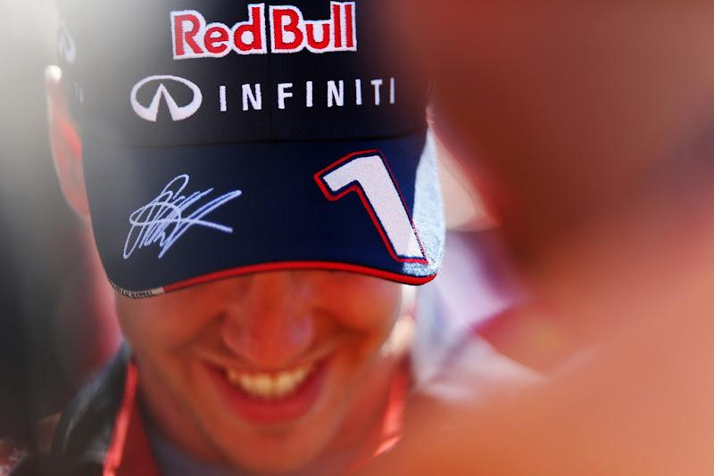 улыбающийся Себастьян Феттель в кепке на Гран-при Австралии 2013