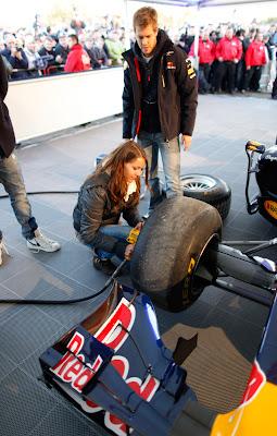 Себастьян Феттель меняет колеса на своем Red Bull в Хеппенхайме 20 октября 2011