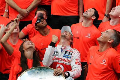 фото в футболках McLaren Rocket Red после победы Дженсона Баттона на Гран-при Бельгии 2012