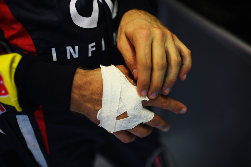 Себастьян Феттель с повязкой на руке на Гран-при Венгрии 2011