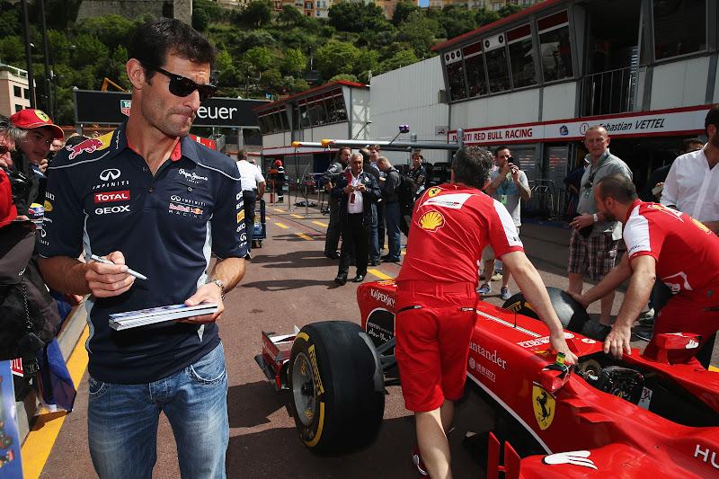 Марк Уэббер и болид Ferrari на питлейне Гран-при Монако 2013