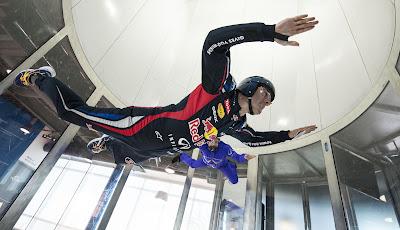 Марк Уэббер занимается скайдайвингом в Монреале 7 июня 2012