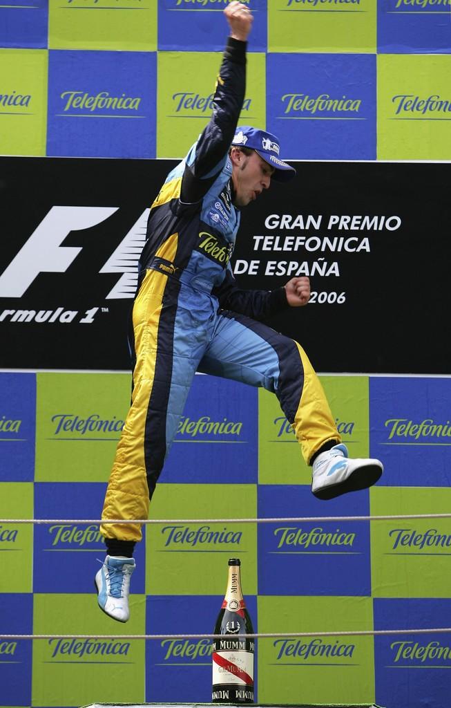 победный прыжок Фернандо Алонсо на подиуме Гран-при Испании 2006