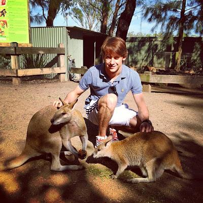 Эстебан Гутьеррес кормит кенгуру перед австралийским уикэндом 10 марта 2013
