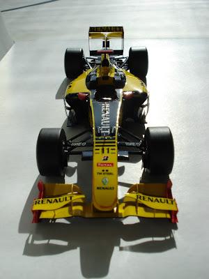 бумажная модель Renault R30 Роберта Кубицы в сезоне 2010 - вид спереди