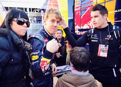 Себастьян Феттель раздает автографы размахивая кулаками на предсезонных тестах 2012 в Барселоне
