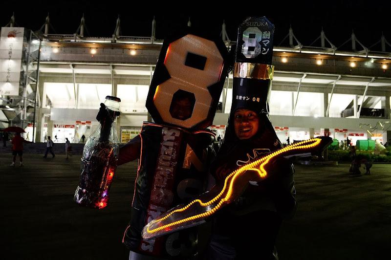 болельщики со схемой трассы Сузуки из светодиодов ночью на Гран-при Японии 2013