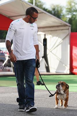 Льюис Хэмилтон и его собака Роске на прогулке в паддоке Каталуньи на Гран-при Испании 2013