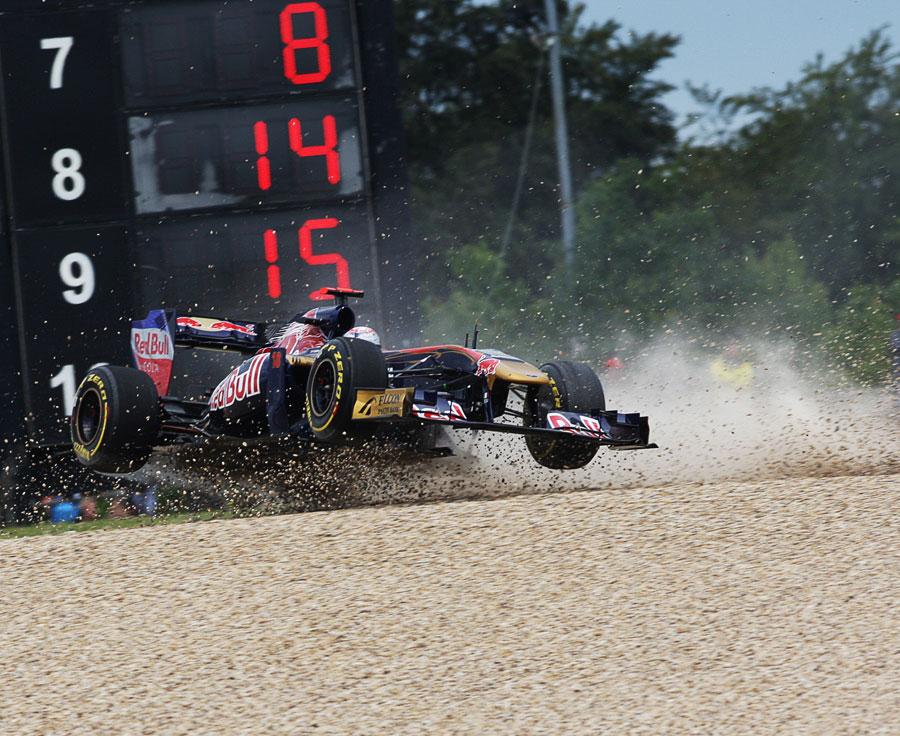 Себастьян Буэми и его Toro Rosso в воздухе за пределами трассы в Нюрбургринге во время первой сессии свободных заездов на Гран-при Германии 2011