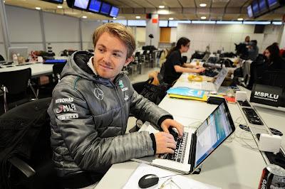Нико Росберг работает за ноутбуком на предсезонных тестах в Барселоне - февраль 2013