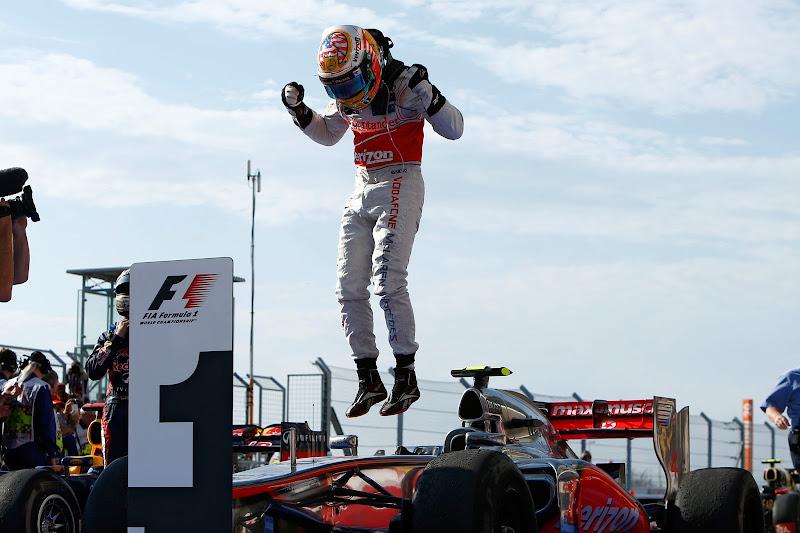 Льюис Хэмилтон прыгает на своем болиде McLaren после победы на Гран-при США 2012