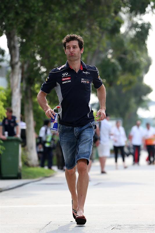 Марк Уэббер бежит по паддоку Куала-Лумпура на Гран-при Малайзии 2013