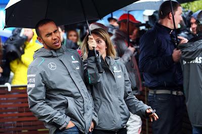 Льюис Хэмилтон идет под зонтиком на Гран-при Австралии 2013