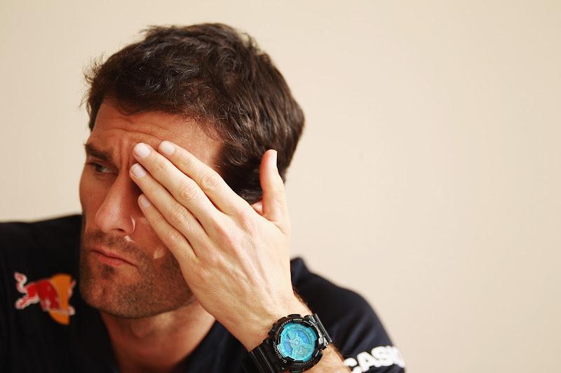 Марк Уэббер фэйспалмит во время интервью на Гран-при Бахрейна 2012