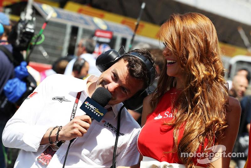 телекомментатор NBS Уилл Бакстон и пит-герл на Гран-при Испании 2013