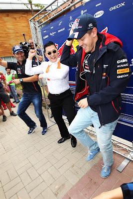 Марк Уэббер и Себастьян Феттель Psy Gangnam Style на Гран-при Кореи 2012