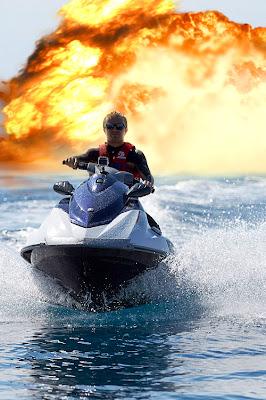 Нико Росберг на водном скутере уезжает от взрыва на Гран-при Монако 2013 - фотошоп