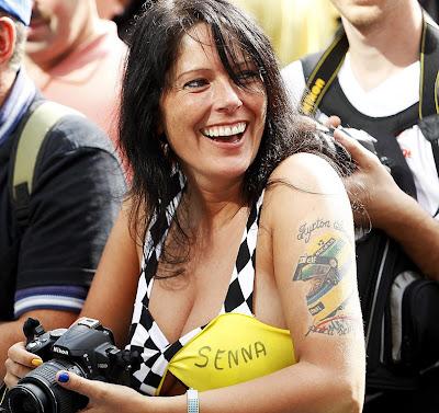 болельщица Айртона Сенны с татуировкой на руке на Гран-при Бельгии 2011