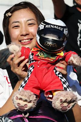 болельщица Кими Райкконена с плюшевым медвежонком в шлеме на Гран-при Японии 2012