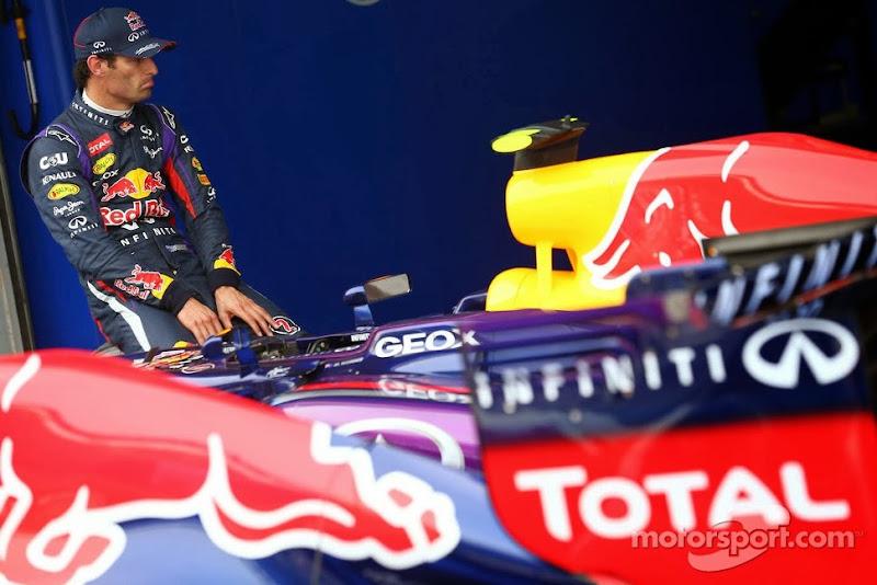 Марк Уэббер сидит на колесе своего болида Red Bull после квалификации на Гран-при Кореи 2013