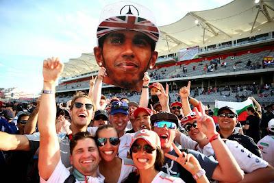 болельщики Льюиса Хэмилтона с картонной головой на Гран-при США 2014
