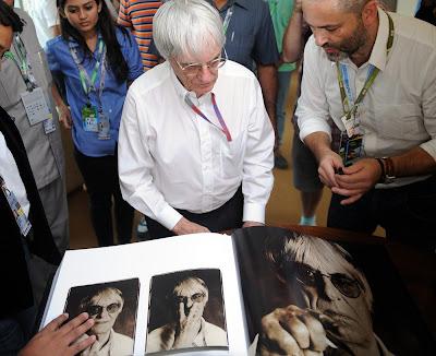 Берни Экклстоун и книжка с его фотографиями на Гран-при Индии 2012