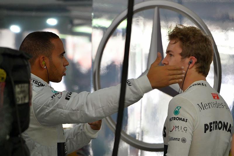 Льюис Хэмилтон шлепает по щеке Нико Росберга на Гран-при Индии 2013
