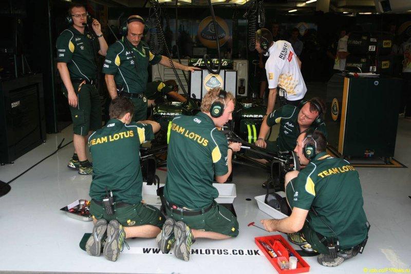 Механики Lotus колдуют над машиной на Гран-при Европы 2011