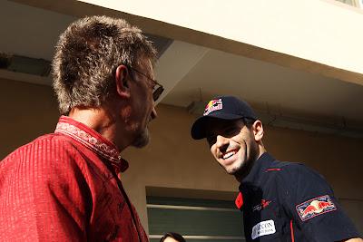 Хайме Альгерсуари ставит автограф на рубашке Эдди Джордана на Гран-при Абу-Даби 2011 для аукциона Children in Need