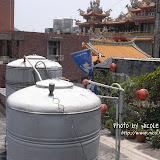 看到處處屋頂都有兩個大鐵罐,問台灣朋友才知道,原來那是儲水箱。因為地勢高,水壓無法隨時供水給每一戶,所以家家戶戶都有自己的儲水箱。應該是有緩衝取水的作用吧?