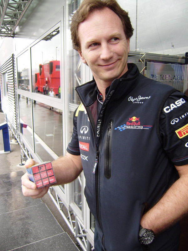 Кристиан Хорнер с Кубиком Рубиком на Гран-при Венгрии 2011 на трассе Хунгароринг
