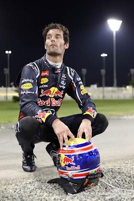 Марк Уэббер сидит на корточках после схода на Гран-при Абу-Даби 2012