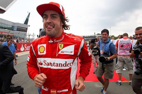 Фернандо Алонсо облизывается после победе на Сильверстоуне на Гран-при Великобритании 2011