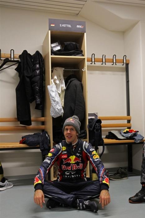 Себастьян Феттель сидит на полу на Гонке чемпионов 2011
