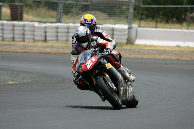 Трой Бэйлисс катает Марка Уэббера на мотоцикле Ducati на Queensland Raceway 29 декабря 2011