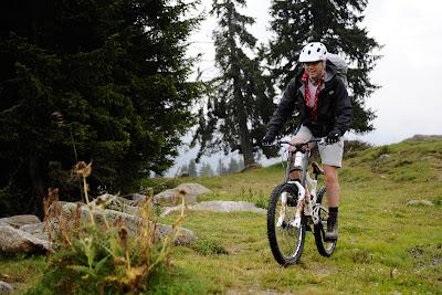 Стефано Доменикали катится со склона на горном велосипеде на летнем Wrooom 2011
